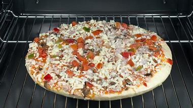 2 Pizzen auf 1 Backblech bekommen - Foto: iStock