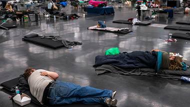 Die Menschen in den USA flüchten in Kühlhallen. - Foto: Getty Images/ Nathan Howard