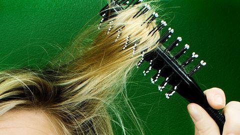 Mit diesen 5 Frisuren lassen sich fettige Haare kaschieren. - Foto: Istock/Knape