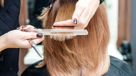 Diese 5 Frisuren für schulterlange Haare sind angesagt. - Foto: okskukuruza/istock