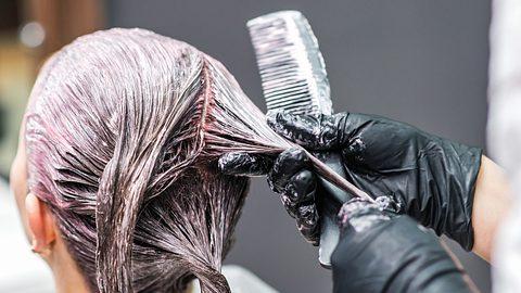 Auch kaputte Haare können gefärbt werden. - Foto: okskukuruza/istock