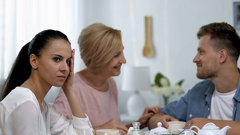 Einige Sätze solltest du dir von deiner Schwiegermutter nicht mehr anhören müssen. - Foto: Motortion/istock