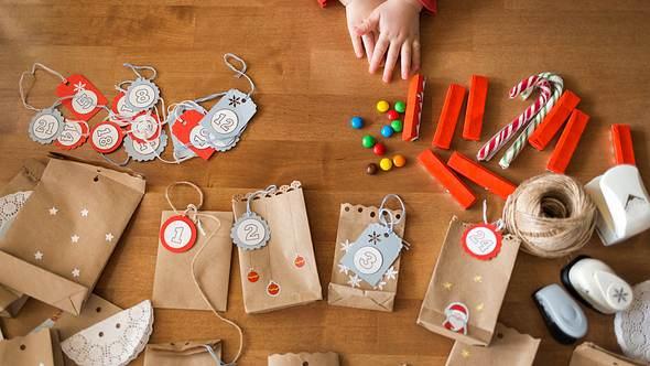 Adventskalender für Kinder selber machen. - Foto: iStock/Natalia Bodrova