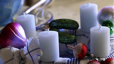 Adventskranz basteln: Witzige Weihnachtskugeln - Foto: deco&style