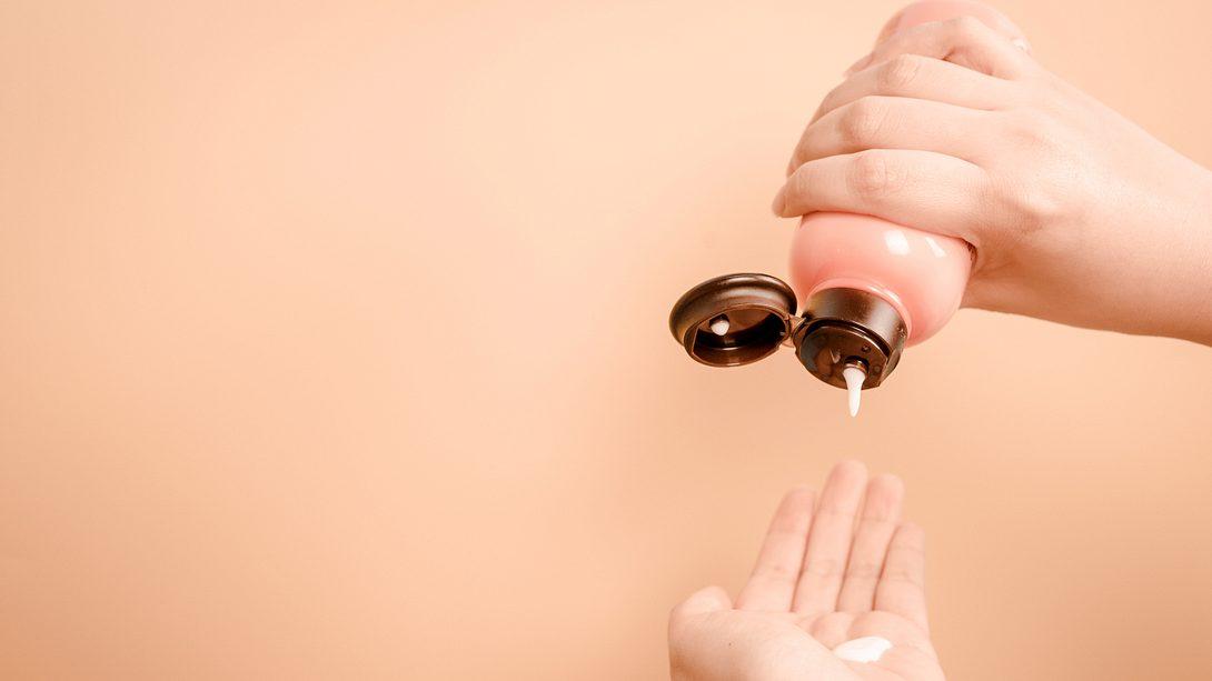 AHA-Peeling tropft auf eine Frauenhand - Foto: iStock/tickcharoen04
