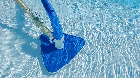 Akku-Poolsauger reinigt Pool - Foto: iStock/Petegar