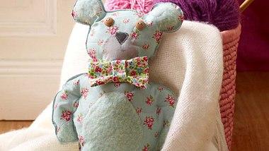 Unser Blümchen-Teddy sucht nach einem neuen Zuhause! - Foto: DECO & STYLE EXPERTS