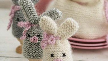 Diese Eierwärmer geben unseren Ostereiern ihren Osterhasen. - Foto: DROPS Design A/S