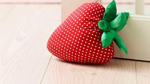 Erdbeere als Türstopper - Foto: DECO&STYLE EXPERTS