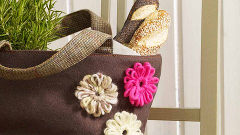 Diese Häkelblüten kannst du kinderleicht selbst häkeln. - Foto: DECO & STYLE EXPERTS