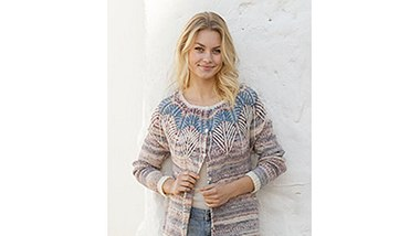 Schick und sommerlich: Diese Jacke ist perfekt für laue Sommernächte. - Foto: DROPS Design A/S