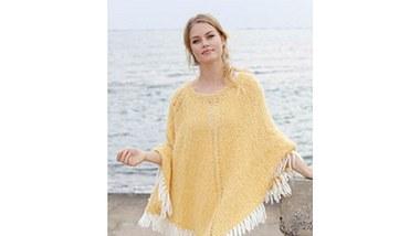 Mit seiner gelben Farbe ist der Poncho wie gemacht für den Sommer. - Foto: DROPS Design A/S