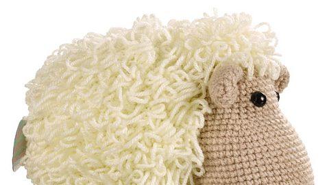 Kuscheltier stricken: Wolliges Schaf zum Nachstricken - Foto: deco&style