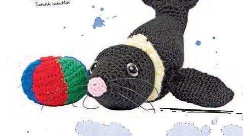 Kuscheltier stricken: Seehund mit Ball zum Nachstricken - Foto: deco&style