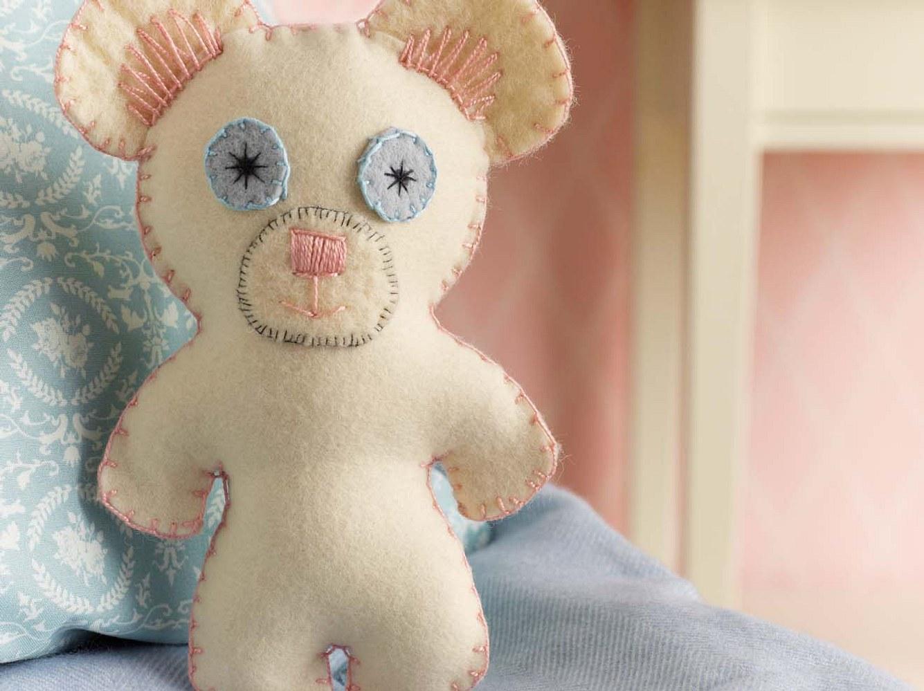 Diesen süßen Teddy können Sie ganz einfach selber machen.