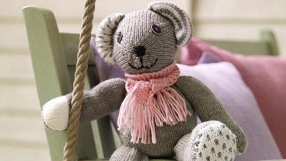 Diesen Teddy kann sowohl sitzen, als auch stehen. Entscheiden Sie selbst! - Foto: DECO&STYLE EXPERTS