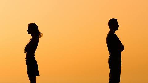 Steht deine Beziehung vor dem Aus? Diese zwölf Zeichen verraten, ob dein Mann an eine Trennung denkt. - Foto: LittleBee80 / iStock