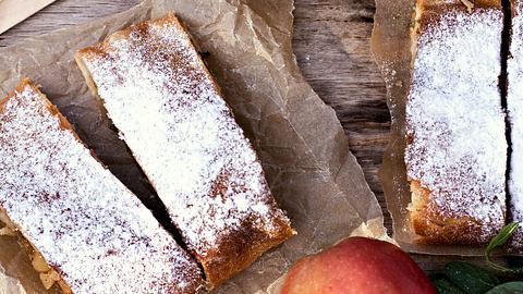 Apfelstrudel aus Mürbeteig und mit Pinienkernen. - Foto: iStock/JuliaLotoskaya