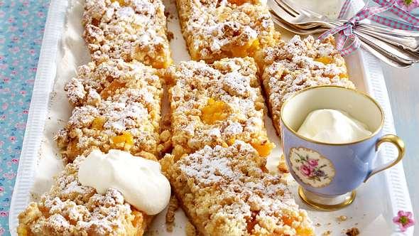 Ein leckerer Streuselkuchen mit Aprikosen direkt vom Blech. - Foto: House of Foods