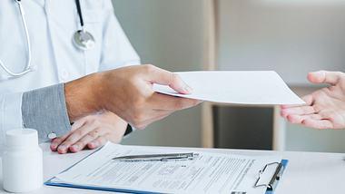 Diese Änderungen bei Arzt- und Apothekenbesuchen erwarten dich 2020. - Foto: iStock/SARINYAPINNGAM