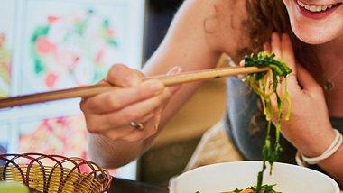 Mit Stäbchen essen und abnehmen. - Foto: LaylaBird/iStock
