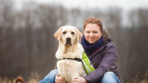 Assistenzhund Valentino hilft Bea, ihr Leben zu meistern. - Foto: Glücksmomente Fotografie/Rona Neff