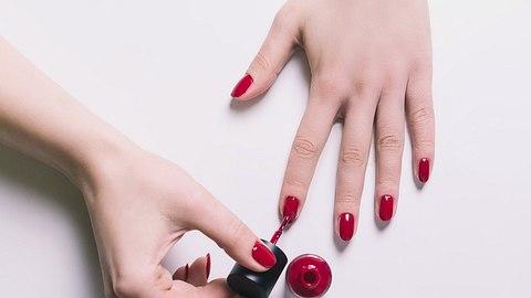 roter Nagellack auf Frauenhand. - Foto: Dziggyfoto/iStock