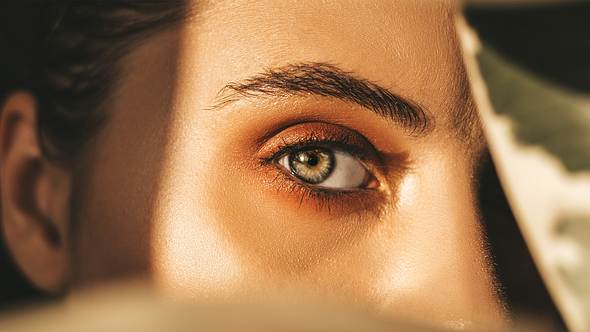 Augenbrauen selber färben: So gelingen die Profi-Brows Zuhause - Foto: o_nozdracheva/iStock