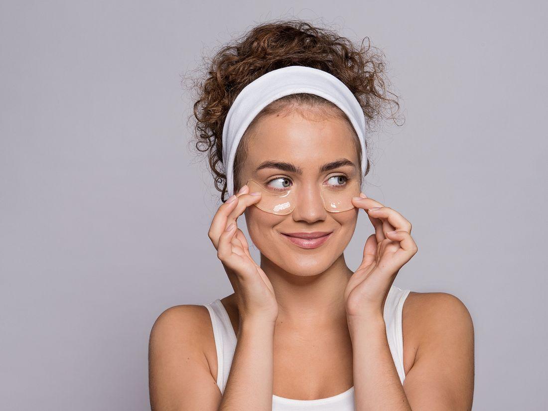 Frau mit Augenpads