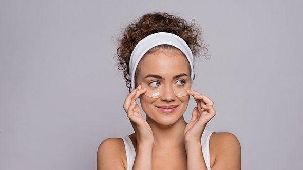 Frau mit Augenpads - Foto: iStock/Halfpoint