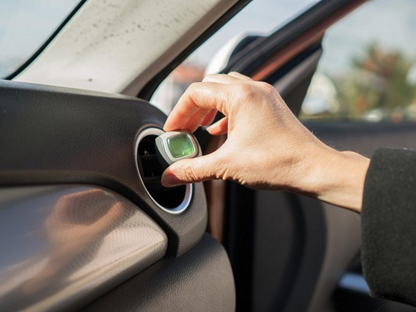Frau installiert Autoduft im Auto