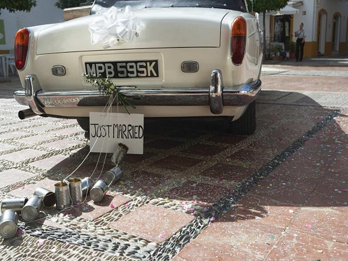 Autoschmuck für Hochzeiten an weißem Auto
