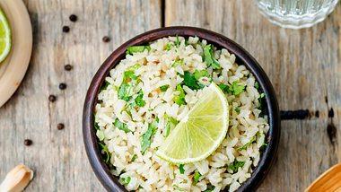 Avocado Zitronen Reis Bowl - Foto: nata_vkusidey/iStock