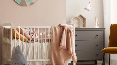 Ein Kinderzimmer mit einem Baby-Beistellbett. - Foto: iStock/ KatarzynaBialasiewicz