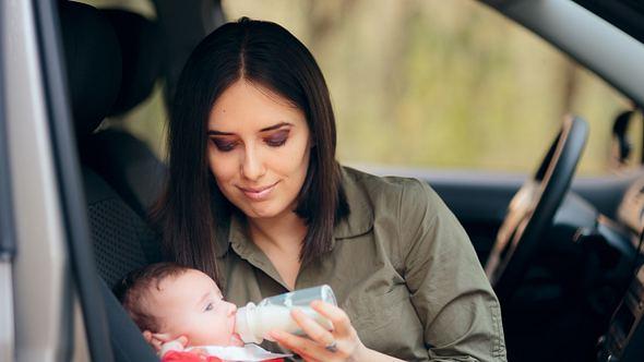 Mit einem Babykostwärmer kannst du jederzeit und überall dein Baby füttern - Foto: iStock/ nicoletaionescu