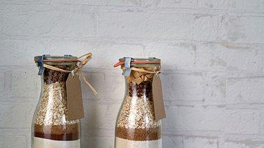 Backmischungen kommen in verschließbaren Gläsern besonders gut zur Geltung. - Foto: iStock/GMVozd