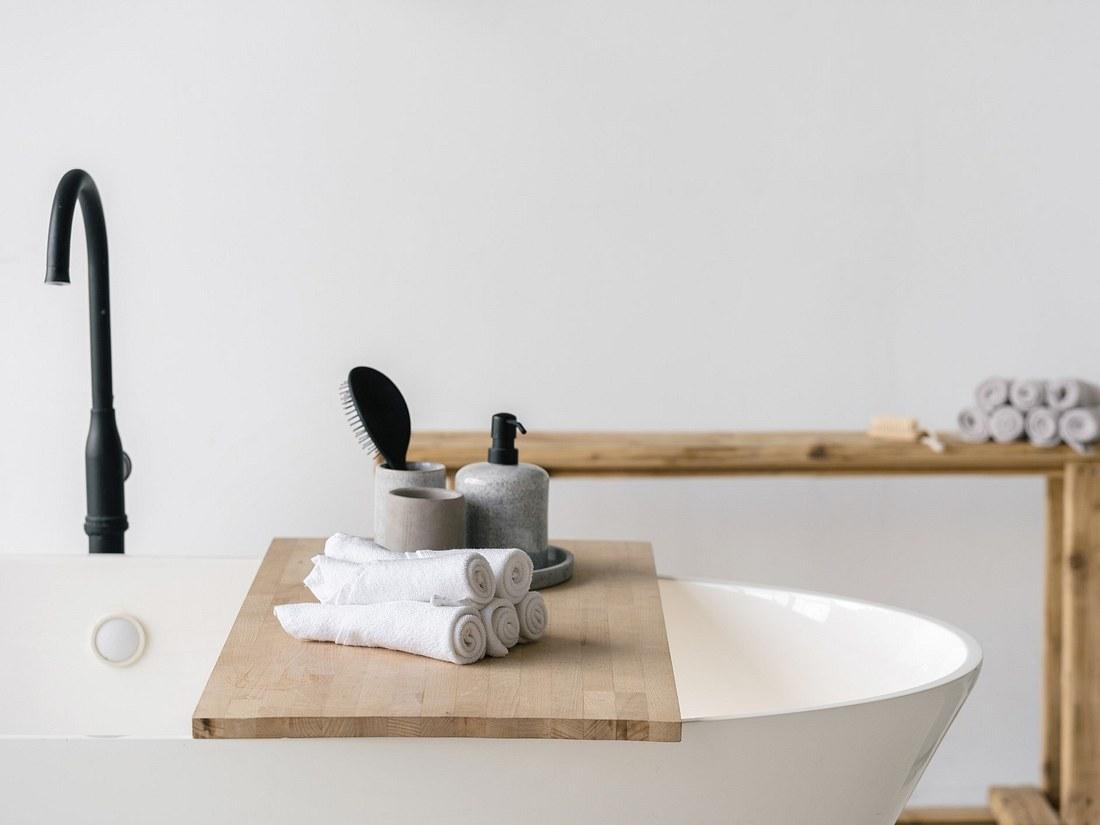 Badewannenablage aus Holz auf Badewanne