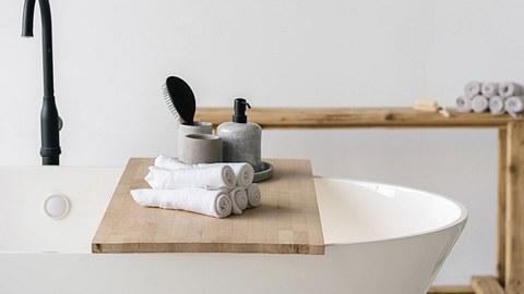 Badewannenablage aus Holz auf Badewanne - Foto: iStock/brizmaker