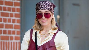 Bandana binden: So setzt du das beliebte Tuch als Haar-Accessoire in Szene - Foto: Christian Vierig/Getty Images