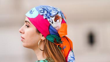 Die schönsten Bandana-Frisuren für den Sommer zum Nachstylen - Foto: Edward Berthelot/Getty Images