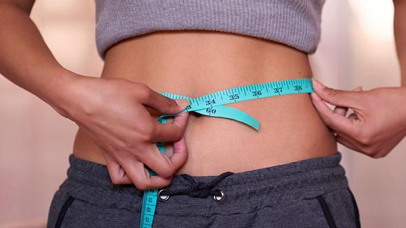 Unser Stoffwechsel-Trick sorgt für einen flachen Bauch. - Foto: Tassii/iStock