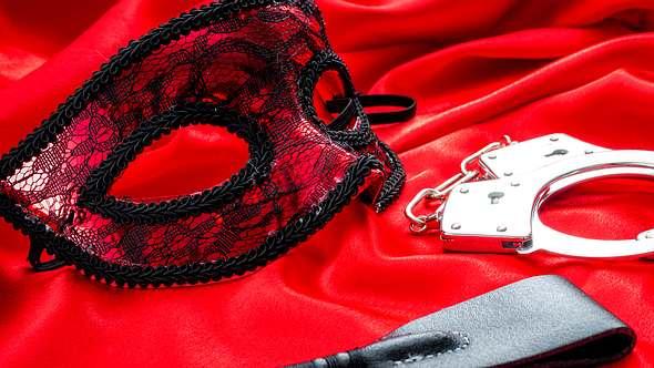 BDSM ist eine ganz eigene Welt. In unserem Lexikon erfährst du, was die einzelnen Begriffe wirklich bedeuten. - Foto: iStock /Moussa81