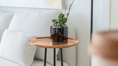 Schöner Beistelltisch im Wohnzimmer. - Foto: iStock/Joyce Grace
