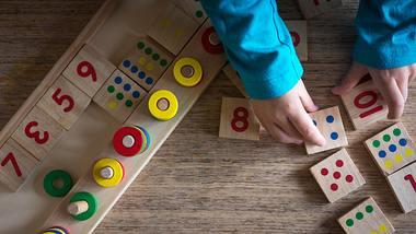 Beschäftigungsboard für Kleinkinder - Foto: iStock/Marizza