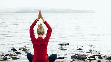 Frau integriert Biohacking in Form von Yoga in ihren Alltag - Foto: iStock/Sergey Tinyakov