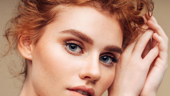 Blaue Augen schminken: So setzt du sie gekonnt in Szene - Foto: CoffeeAndMilk/iStock