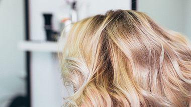 Grünstich in blondem Haar loswerden: Diese Tipps helfen - Foto: iStock