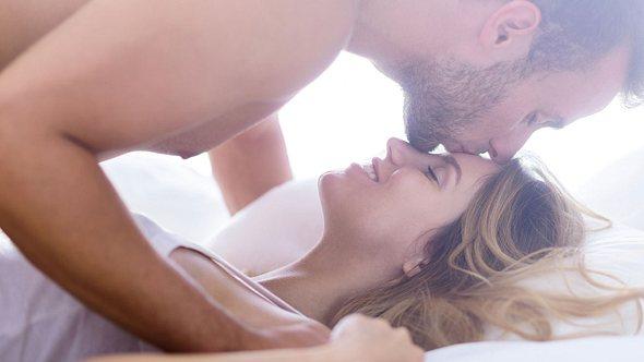 Glückliches, verliebtes Paar hat Blümchensex - Foto: KatarzynaBialasiewicz / iStock