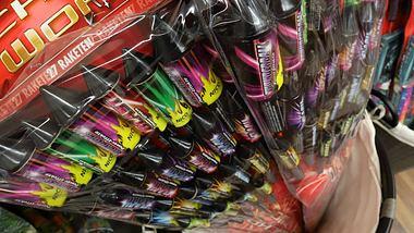 Einige Läden wollen für Silvester keine Böller verkaufen. - Foto: imago images / Rene Traut