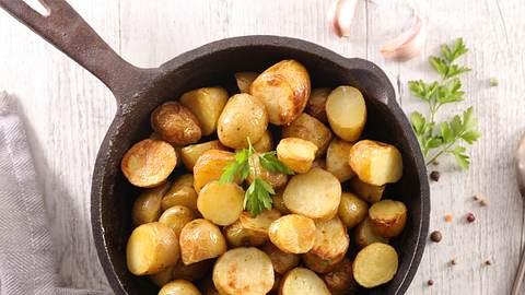 Bratkartoffeln sind gesund: 3 leckere Rezepte zum Abnehmen - Foto: margouillatphotos/iStock